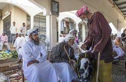 买卖山羊的人在市场上 免版税库存照片