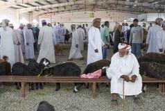 买卖山羊的人在市场上 图库摄影