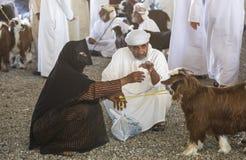 买卖山羊的人在市场上 库存图片