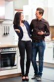 买国内厨房家具店的夫妇 库存照片