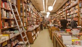 买在书店里面的读者新书有高书架的 免版税库存照片