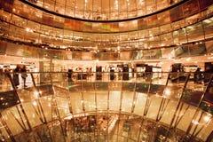 买在商城Galerie拉斐特的顾客衣裳 免版税图库摄影