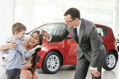 购买在汽车销售中心的汽车 免版税库存照片