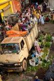买家、卖主、供营商和搬运工在豪拉桥梁,加尔各答,印度附近挤满一个地方市场 库存图片