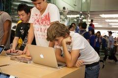 买家和卖主在苹果计算机商店在香港 库存图片