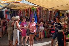 买家在土耳其衣物市场上 免版税库存图片