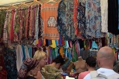 买家在土耳其衣物市场上 库存照片
