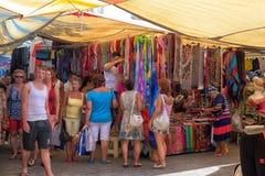买家在土耳其衣物市场上 图库摄影