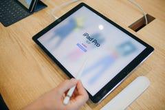 买家在苹果计算机正式商店选择买一新的iPad在柏林 免版税库存图片