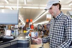 买家在超级市场检查现金收据 库存照片