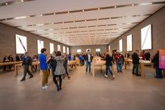 买家在Kurfuerstendamm苹果计算机商店购物 图库摄影
