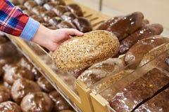 买家用面包在商店 免版税图库摄影