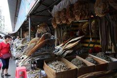 买家选择干鱼在亚洲市场上 免版税图库摄影