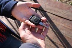 买家采取汽车钥匙的` s手 免版税库存图片