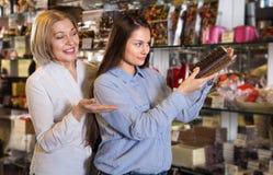 买巧克力的妇女 免版税库存图片