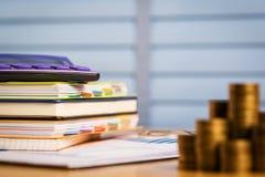 买新的家或房地产与从薪金或退休金存的金钱在退休以后 库存图片