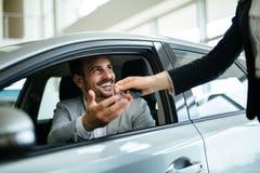 买新的汽车的愉快的顾客画象 图库摄影
