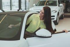 买新的汽车的美丽的女实业家 免版税图库摄影