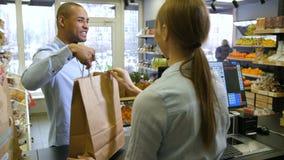 买有机产品的人在杂货店 影视素材