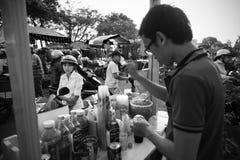 买某一饮料在市场上 免版税库存图片