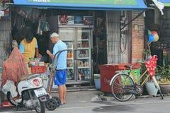 买某事的一个人在街道商店 免版税库存照片