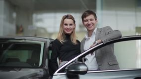 买汽车的年轻夫妇欣喜 股票视频