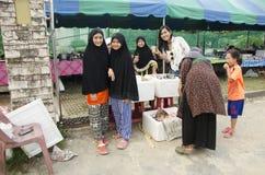 买甜食物的旅客亚裔妇女和拍与泰国的照片 免版税库存照片