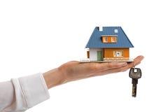 买的新的房地产概念、小家庭房子和钥匙在wo 免版税库存图片