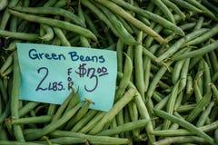 买的新鲜的青豆正是季节在地方farmstand 免版税库存照片