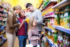 购买碳酸化合的饮料的家庭 免版税库存照片