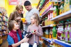 购买碳酸化合的饮料的家庭 免版税库存图片