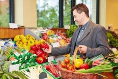 买红辣椒的人在超级市场 库存照片