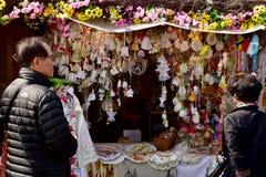 买纪念品的游人在布拉格 库存照片
