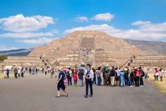 买纪念品的游人在特奥蒂瓦坎考古学站点在墨西哥 免版税库存照片
