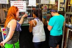 买项目的游人在一家小商店在索韦托旅游区 免版税图库摄影