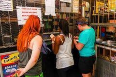 买项目的游人在一家小商店在索韦托旅游区 库存图片