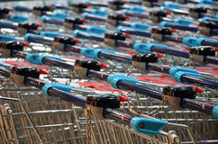买食物和其他物品的购物车 免版税库存照片