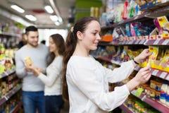 购买食物的人们在超级市场 图库摄影