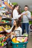 购买食物的家庭 免版税库存图片