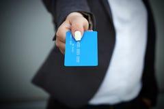 购买,银行业务的概念 衣服和gl的一名妇女 免版税库存照片
