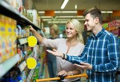 买添加剂自由的婴儿食品的客户 免版税库存图片