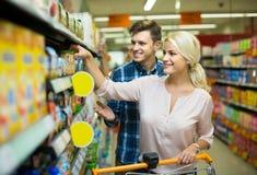 买添加剂自由的婴儿食品的客户 免版税图库摄影