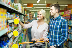 买添加剂自由的婴儿食品的客户 免版税库存照片