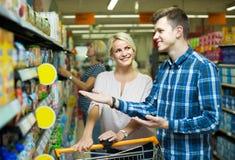 买添加剂自由的婴儿食品的客户 库存图片