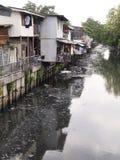 乱丢和肮脏的运河污染 免版税库存照片