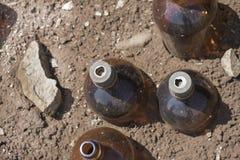 乱丢登上的化工瓶 免版税库存图片