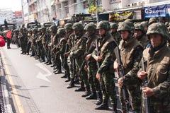 暴乱军队举行m16步枪 库存图片
