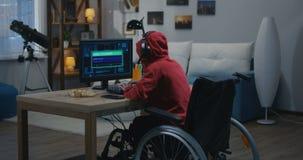 乱砍在他的计算机上的残疾男孩 股票视频