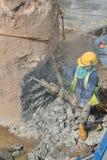 乱砍基础堆的建筑工人 免版税图库摄影