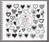 乱画剪影心脏的汇集手拉与墨水和隔绝在现实被排行的纸 免版税库存图片